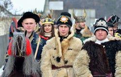 Oung män som kläs som viking krigare med horned hjälmar och djura hudar på den traditionella Pereberia festivalen arkivbilder