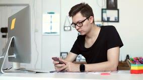 Oung mężczyzna pracuje od domu używać mądrze notebook i telefon zdjęcie wideo