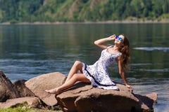 Oung, seksowna dziewczyna w sukni na brzeg rzeki, kołysa Obraz Royalty Free