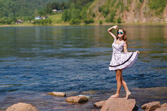 Oung, seksowna dziewczyna w sukni na brzeg rzeki, kołysa Obrazy Stock