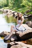 Oung, seksowna dziewczyna w sukni na brzeg rzeki, kołysa Zdjęcie Stock
