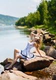 Oung, seksowna dziewczyna w sukni na brzeg rzeki, kołysa Zdjęcie Royalty Free
