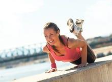 Oung sportig kvinna som gör push-UPS Royaltyfri Fotografi