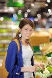 ?oung woman at supermarket Royalty Free Stock Photos