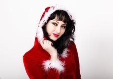 Oung y mujer hermosa en la capa roja que sostiene una caja agradable del regalo de Navidad Fotografía de archivo