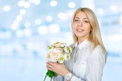 Oungs-Frau mit Blumen Lizenzfreie Stockbilder