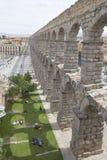 Oungs-Leute, die nahe bei dem Aquädukt in Segovia stillstehen stockfotografie