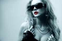 oungsolglasögon som slitage kvinnan royaltyfria bilder