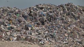Ountain van plastic de flessenpakketten van het huisvuilafval van rottend voedsel stock videobeelden