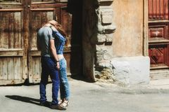 Ouple ερωτευμένοι εναγκαλισμοί Ð ¡ στοκ εικόνες