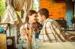 Ouple dans l'amour ayant l'amusement une date Image libre de droits