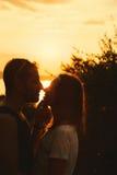 Ouple de ¡ de Ð embrassant sur le coucher du soleil au lac garda, Italie Image stock