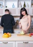 Ouple de ¡ de Ð préparant la nourriture dans la cuisine Femme enceinte photo libre de droits