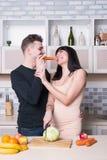 Ouple de ¡ de Ð préparant la nourriture dans la cuisine Femme enceinte photo stock