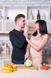 Ouple de ¡ de Ð préparant la nourriture dans la cuisine Femme enceinte image stock