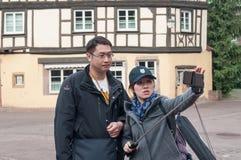 Ouple de los turistas asiáticos que toman una imagen selfy en Colmar Fotos de archivo