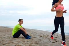 Ouple do ¡ de Ð que tem o tempo dos esportes ao lado do mar Imagens de Stock Royalty Free