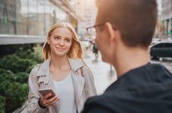 Ouple o risa de los amigos divertida y divertirse con un teléfono elegante en una calle grande de la ciudad Imagen de archivo