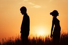 Сouple på solnedgången Arkivfoton