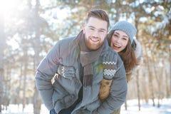 ? ouple patrzeje kamerę w zima parku Fotografia Royalty Free