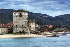 Ouranopoli和中世纪塔, Athos,哈尔基季基州,希腊全景  免版税库存照片