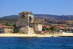 Ouranopoli torn, Grekland nära från järnekberget Athos Royaltyfri Bild