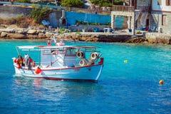 OURANOPOLIS,希腊- 2009年6月05日:在海湾的渔船近在 图库摄影