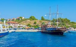 OURANOPOLIS, GRECIA - 5 GIUGNO 2009: Navi da crociera turistiche in b Immagine Stock