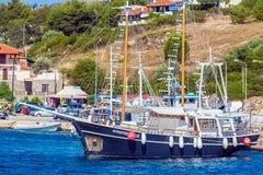 OURANOPOLIS, GRECIA - 5 GIUGNO 2009: Navi da crociera turistiche in b Fotografia Stock
