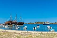 OURANOPOLIS, GRECIA - 5 GIUGNO 2009: Navi da crociera turistiche in b Fotografie Stock