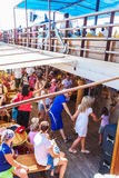 OURANOPOLIS, GRECIA - 5 GIUGNO 2009: Turisti che ballano Sirtaki a Immagine Stock Libera da Diritti