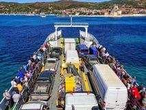 09 20 2018 - Ouranopolis/Grekland: Pilgrimsfärd av troenden med färjan till Mount Athos Härlig solig klar dag royaltyfri foto
