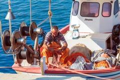 OURANOPOLIS, GRIEKENLAND - JUNI 05, 2009: De inheemse visser controleert van hem Royalty-vrije Stock Afbeelding