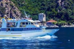 OURANOPOLIS, GRIEKENLAND - JUNI 05, 2009: Toeristisch schip dichtbij Haven DA Royalty-vrije Stock Afbeeldingen