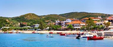 Ouranoupolis镇全景,港口,在Athos,希腊的小船 库存照片