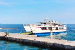 Ouranoupolis schronienie Agia Anna blisko mola i ferryboat, Grecja Fotografia Royalty Free
