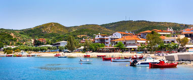 Ouranoupolis stadpanorama, hamn, fartyg på Athos, Grekland Arkivfoto