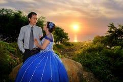 Ourdoor asiático de los pares de la boda de la elegancia con el backgound de la puesta del sol Imagenes de archivo