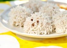 Ouriços do arroz (bolas de carne revestidas), alimento do arroz do divertimento para crianças Fotografia de Stock