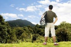 Ourist placé sur la belle montagne photo stock
