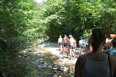 Ouristroute langs Kuago-rivier - de reisgroep wordt gestuurd op route van uitgangspunt Royalty-vrije Stock Foto