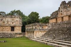 Ourists наслаждаясь пасмурным днем на руинах Uxmal в Мексике Стоковое Изображение RF