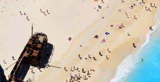 Ourists en la playa de la arena de Navagio Zakynthos Grecia Fotos de archivo libres de regalías