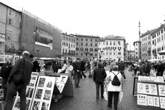 Ourists en schilders en in Piazza Navona Stock Foto