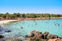 Ourists na praia com a areia original na ilha de Cleopatra Imagens de Stock Royalty Free