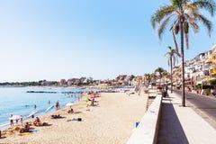 Ourists na praia e na margem em Giardini Naxos Fotografia de Stock