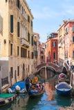 Ourists nas gôndola no canal na cidade de Veneza Fotografia de Stock