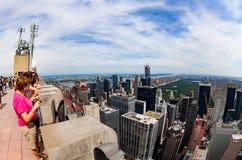 Ourists på ett observationsdäck uppe på en skyskrapa i New York City Royaltyfri Bild