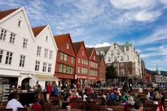 Ourists que anda e que senta-se na frente das construções de madeira famosas em Bergen Fotos de Stock Royalty Free