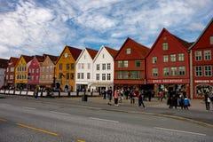 Ourists que anda e que senta-se na frente das construções de madeira famosas em Bergen Imagens de Stock Royalty Free
